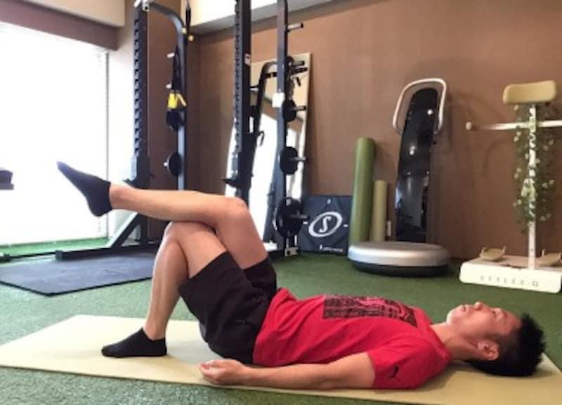 2.膝にふくらはぎを載せ、前後に動かしマッサージします