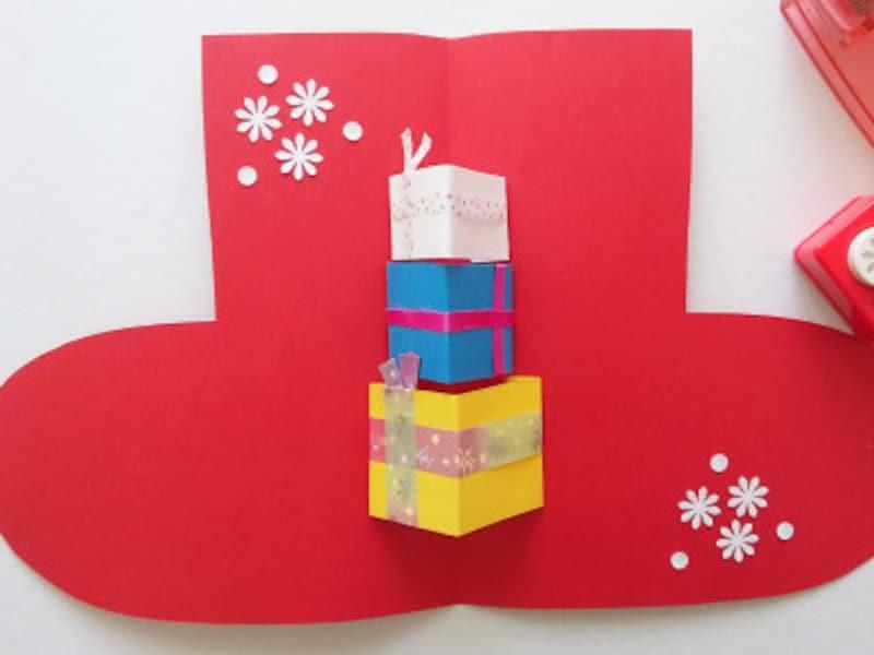 手作りクリスマスカード飛び出すポップアップカード作り方 靴下の折り目に合わせてギフトボックスを貼り付ける