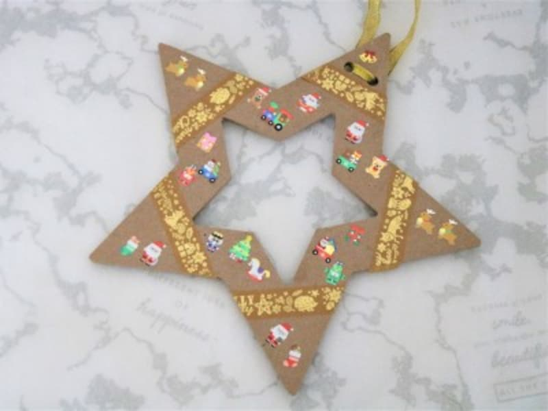 キャンドゥ・木製クリスマスリース用フレーム(スター)クリスマスのシールを貼ってみましょう。