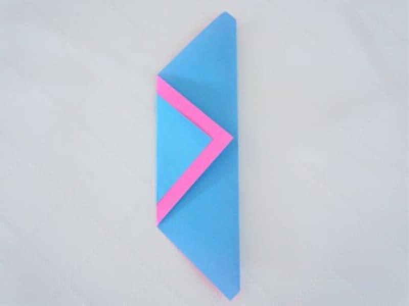 裏返して頂角が底辺に合うように半分に折ります。