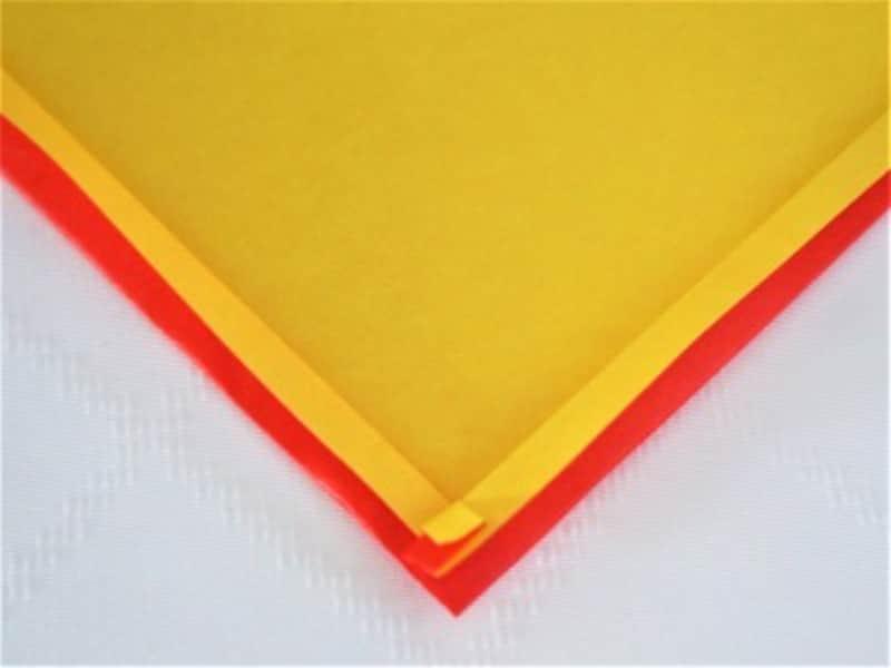 折り紙の角が着物の衿のような形になります。