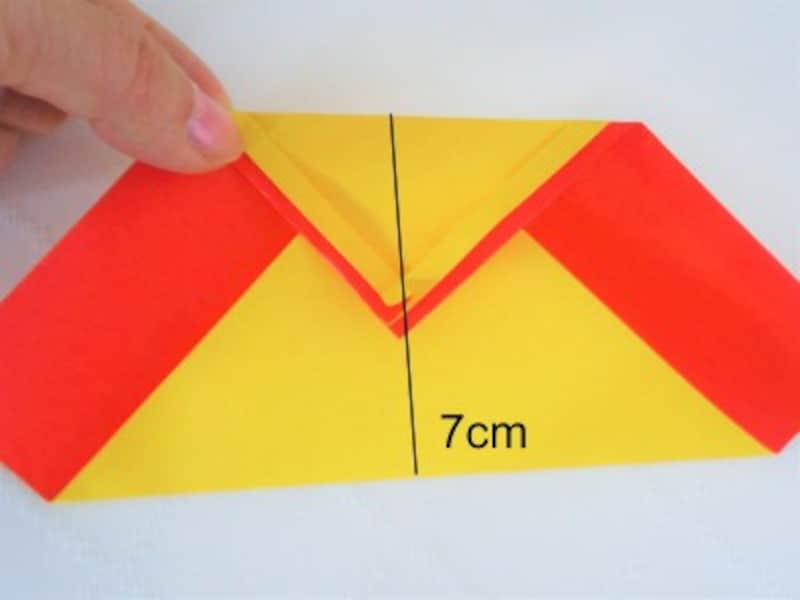 折り紙の下部を7cm折り上げます。
