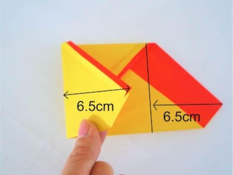 折り紙の左右の紙を中心に向かって6.5cm折ります。
