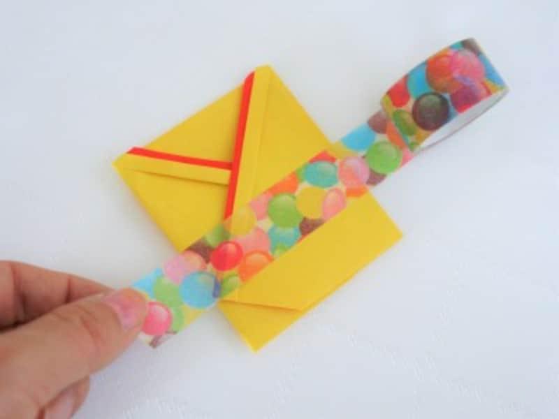 帯状に切った紙かマスキングテープを巻きます。