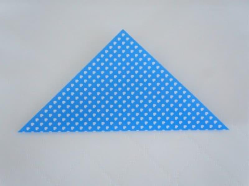 折り紙を三角に折ります。