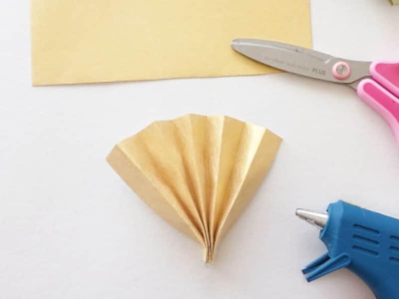 お正月飾り手作り 折り紙だるましめ飾り作り方 金紙半分で扇子を折る