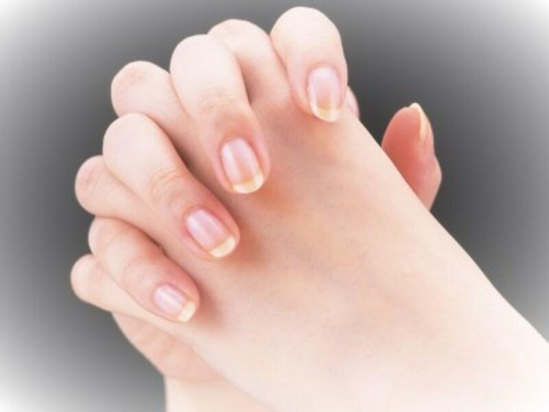 手のひらだけでなく、指の間にまでなじませてから手ぐしをするのがコツ!
