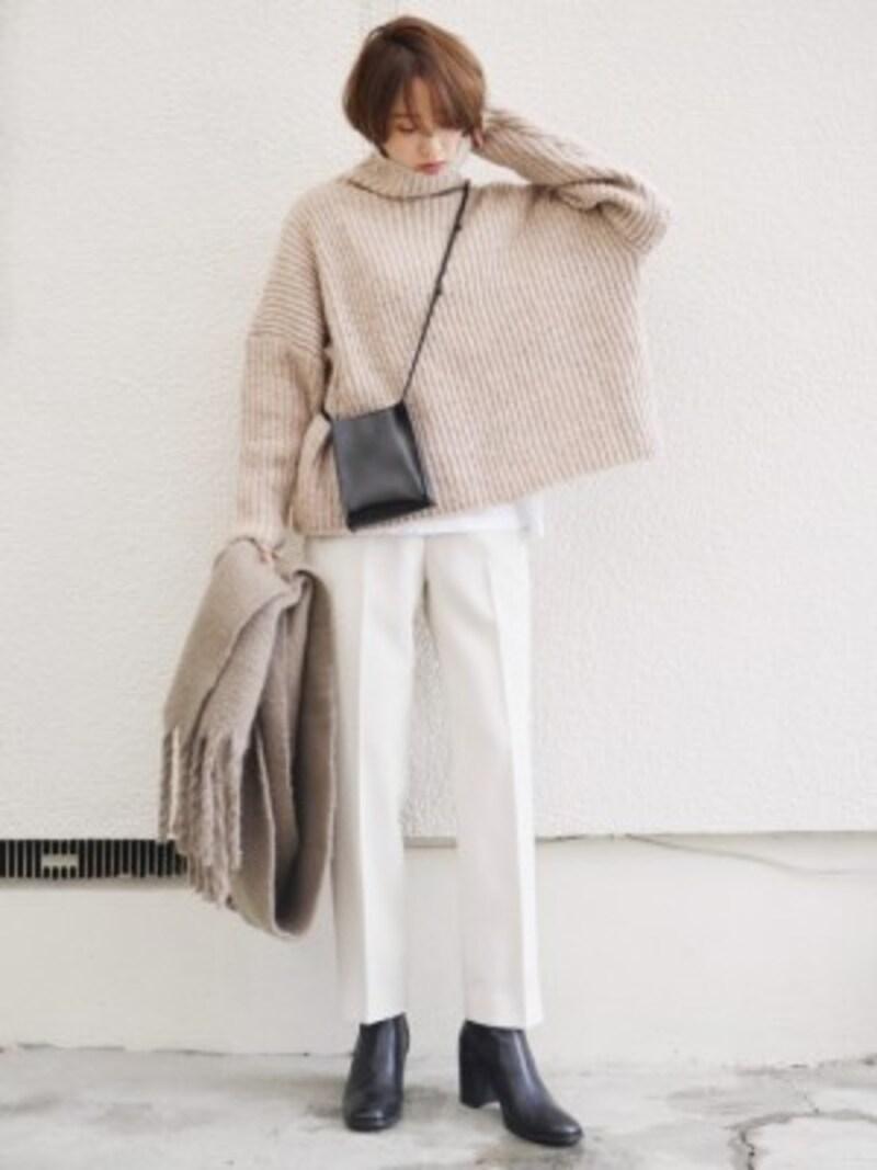 クリーンな白のきれいめパンツですっきり見せるのも◎ 出典:WEAR