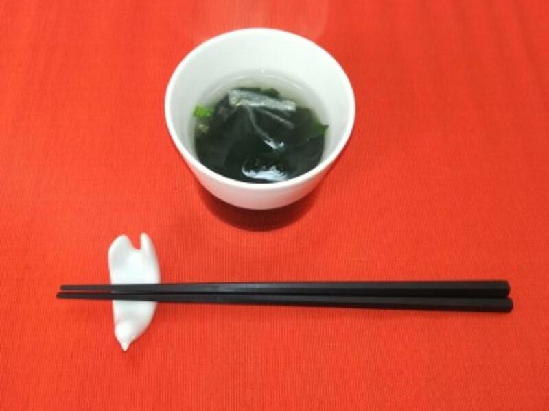 熱湯を注ぐだけで、海藻スープの出来上がり