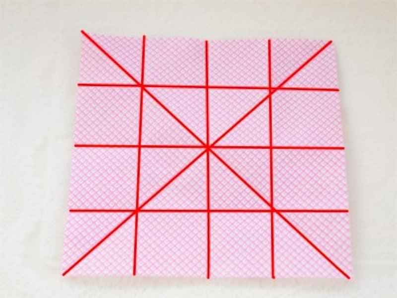 まず最初に折り紙に折り目をつけておきます。