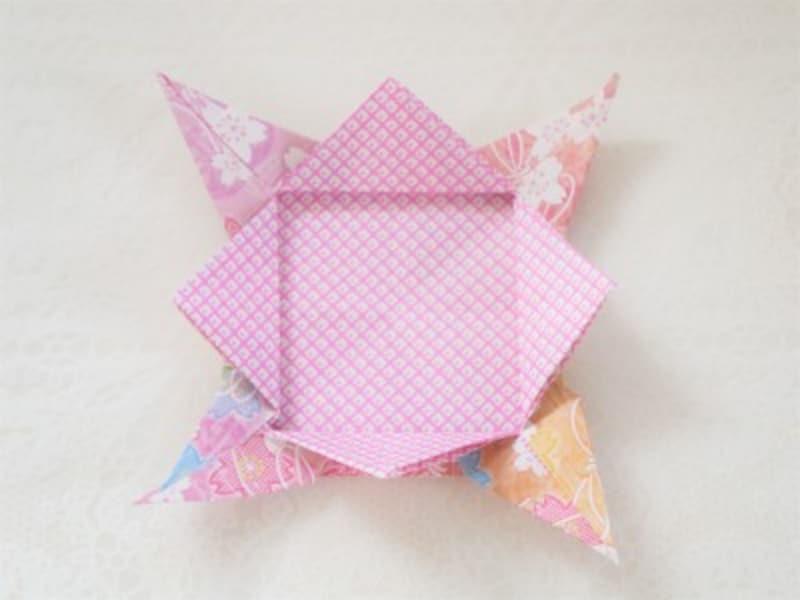 三角の部分を外側へ折ります。