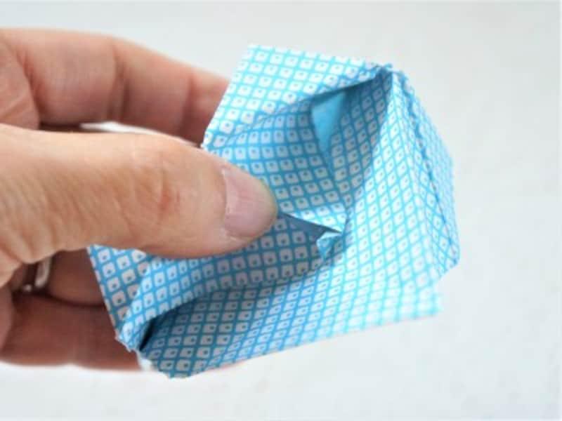 三角の弁を袋の内側に押し込みます。