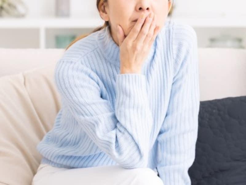 悩む女性のイメージ画像