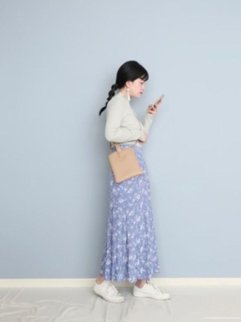 サックスブルーが春らしく、大人可愛いスタイルも簡単 出典:WEAR