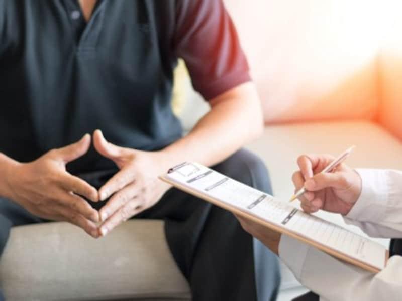病院で問診を受ける男性患者