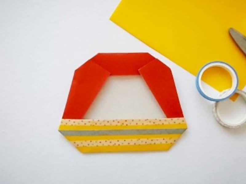 黄色折り紙で洋服部分を貼る