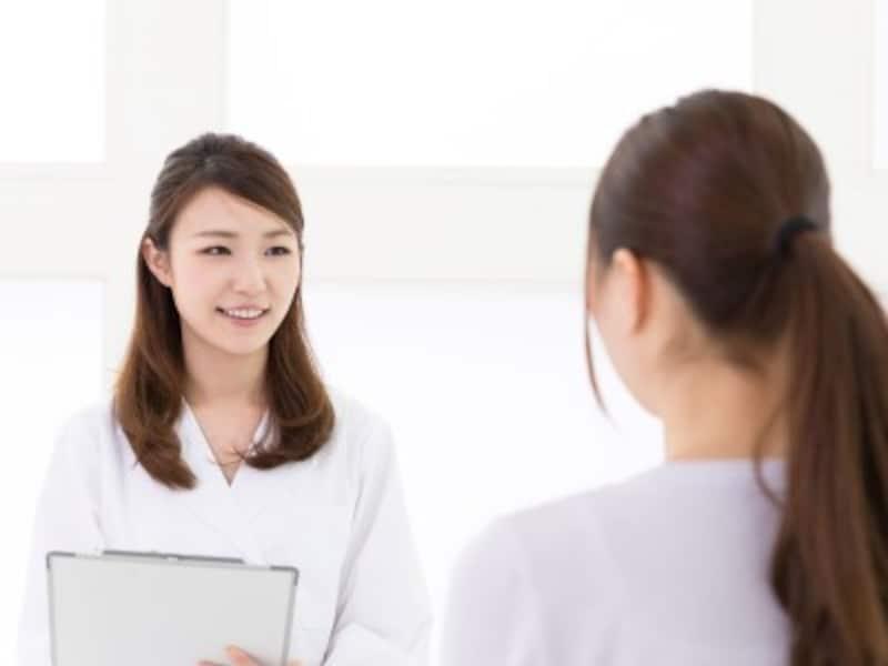 ピルについての説明を聞く女性患者のイメージ