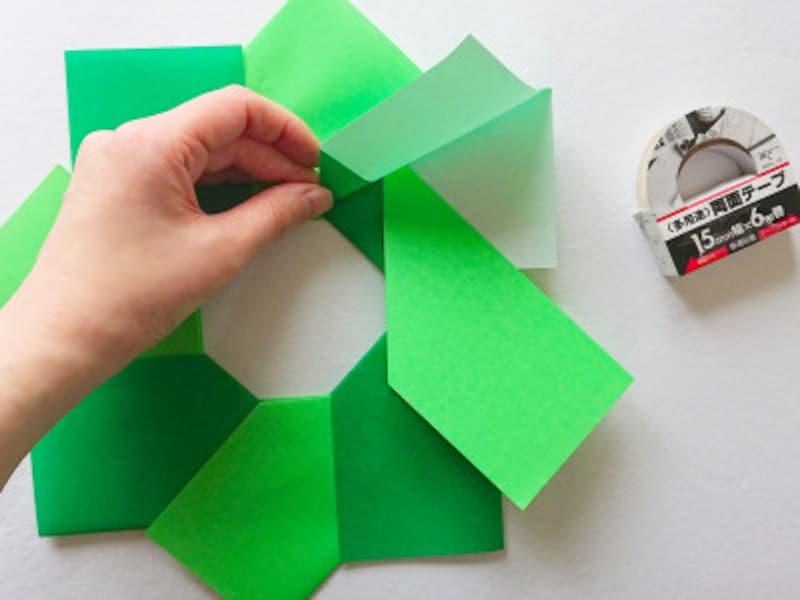 こどもの日折り紙リース 緑色黄緑色を交互に貼りあわせる