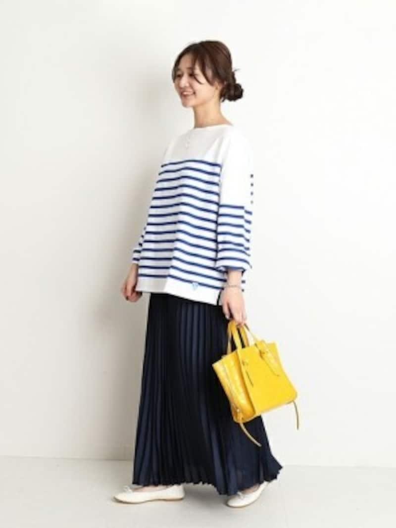 サテン素材のプリーツスカートだから紺でも重くない! 出典:WEAR