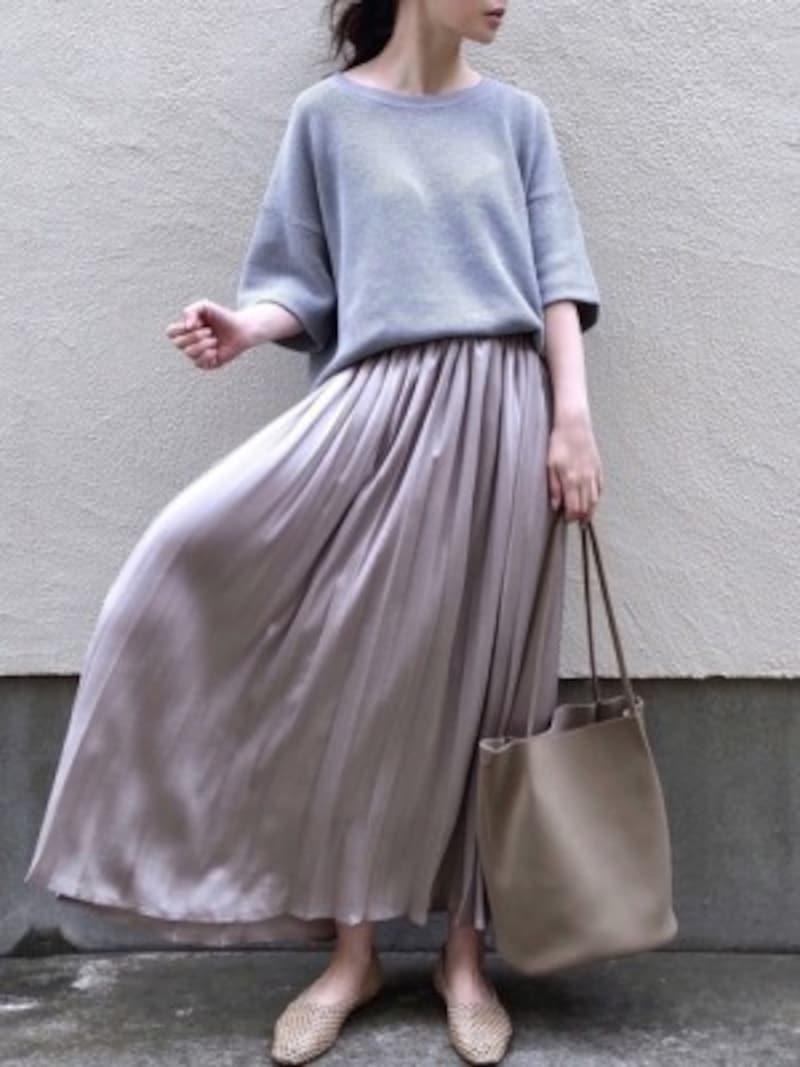 何にでも合わせやすいニュアンスカラーのツヤスカートがあると便利 出典:WEAR