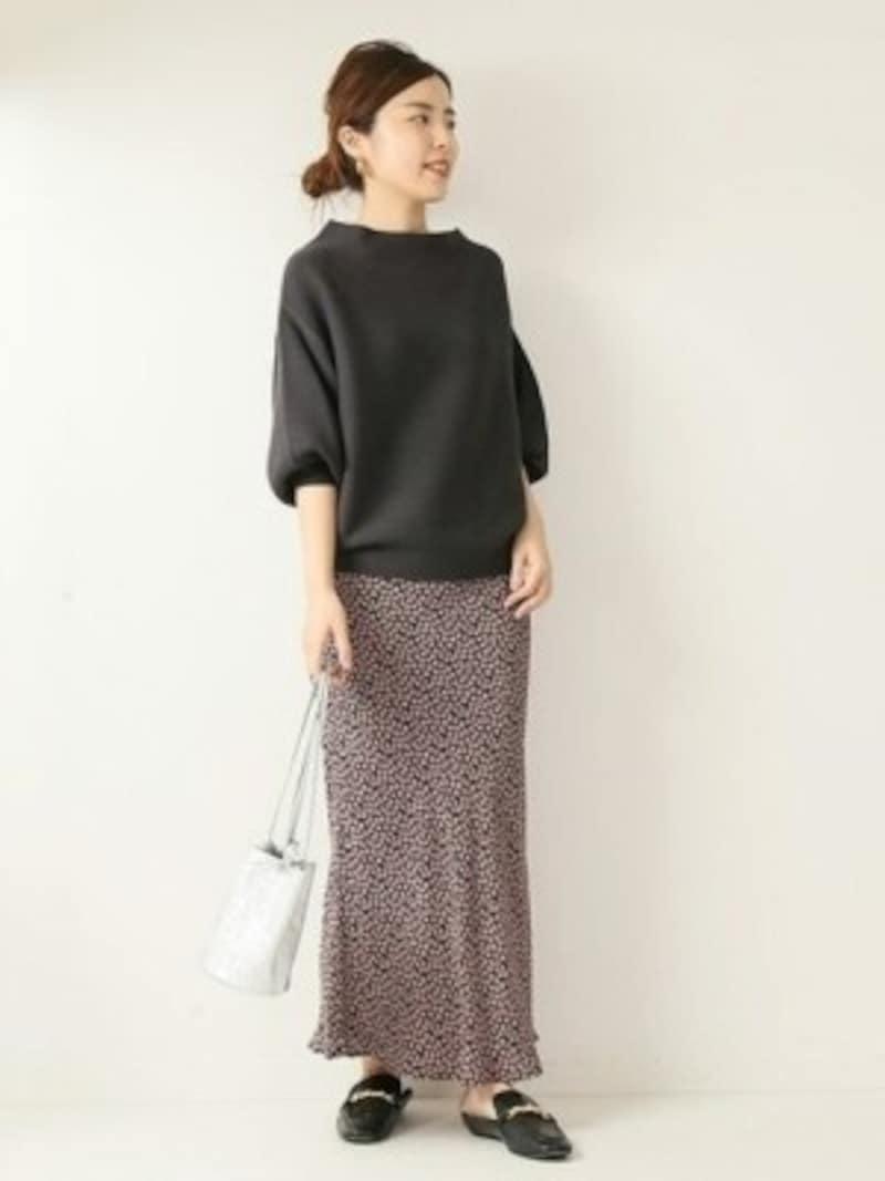 ほぼ無地のように見える、控えめな柄スカートが長く使えます 出典:WEAR