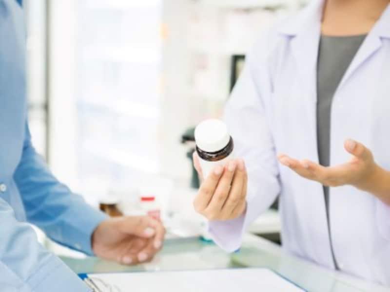 薬局で薬の説明を受ける人