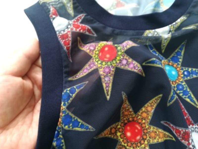 シアーな紺色の素材に、カラフルな宝石柄が描かれています
