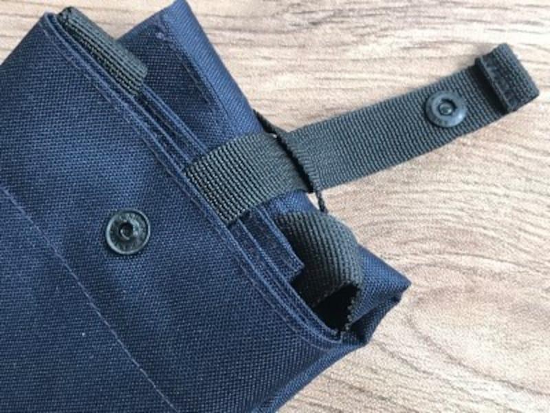 ベルトとホックがついているので簡単にコンパクトにできる無印良品のエコバッグ