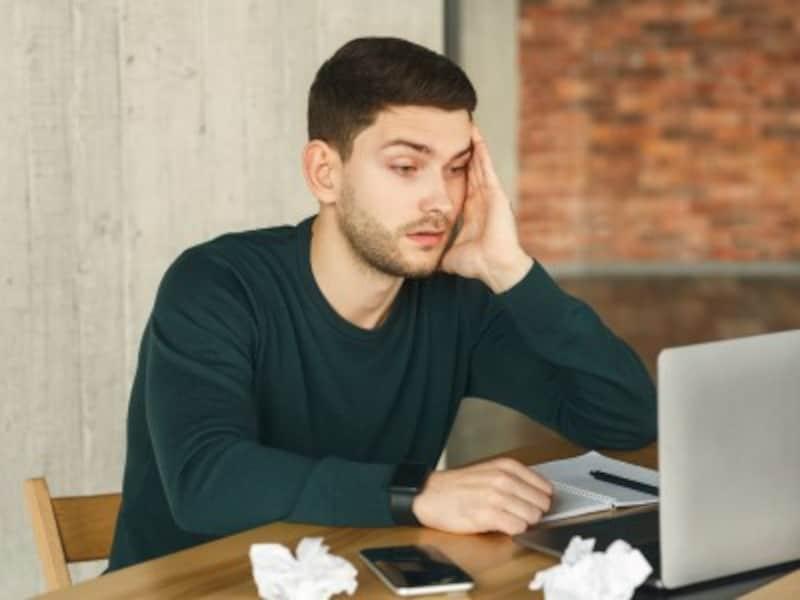 在宅勤務中の男性イメージ