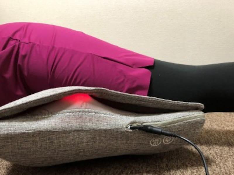うつぶせ寝で太もも前側に当て、もみ玉がしっかり当たるようにします。自重もあって痛い~!けど気持ちいい