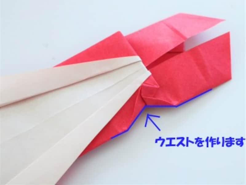 母の日折り紙カードドレス 角を内側へ折りウエストのくびれを作ります。