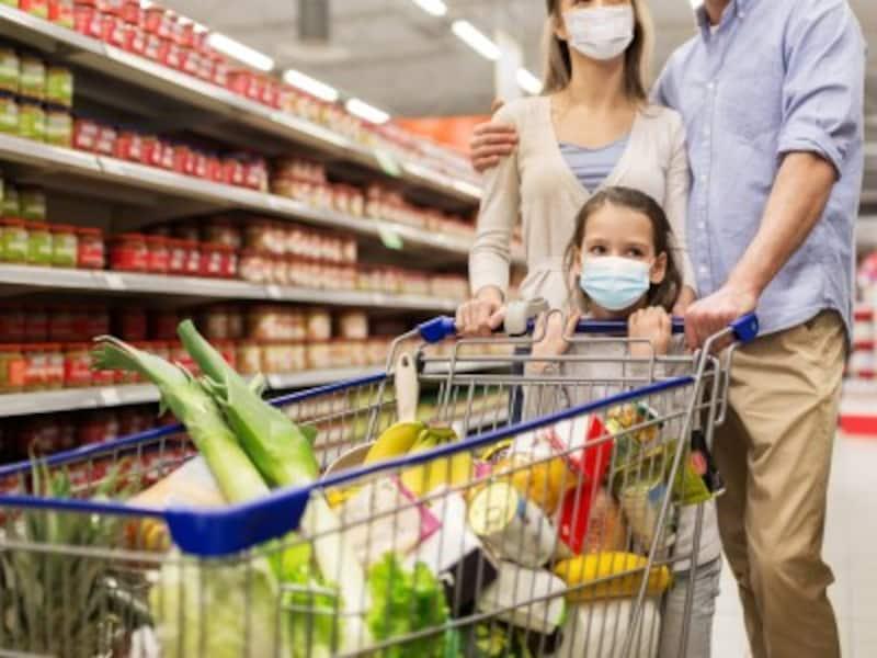 スーパーでまとめ買いをする家族
