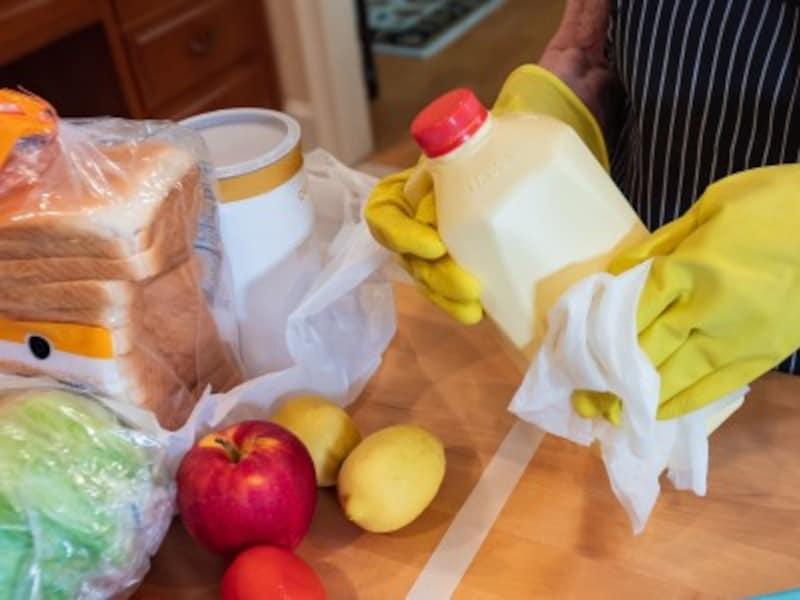 食品をアルコール除菌するイメージ画像
