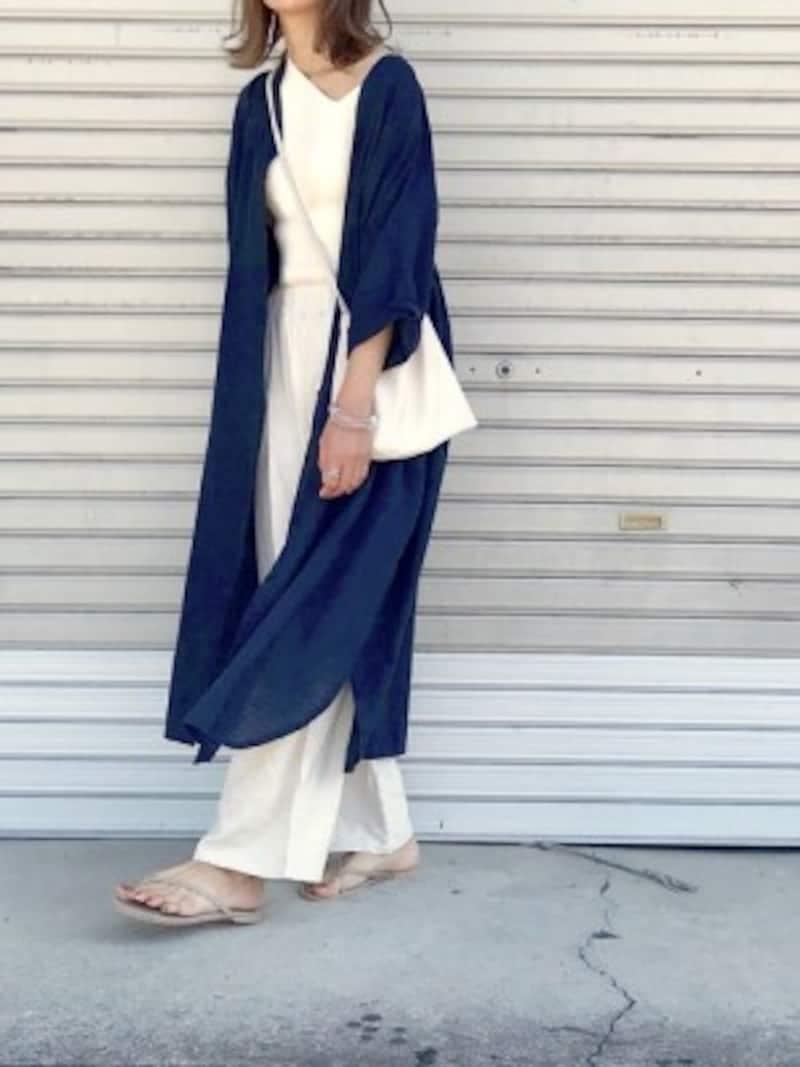 一枚でも着られて羽織りにもなるロングシャツワンピが便利 出典:WEAR