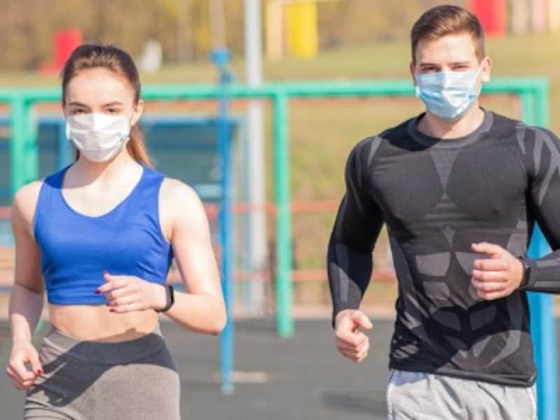 感染予防対策をしながらランニングをする男女