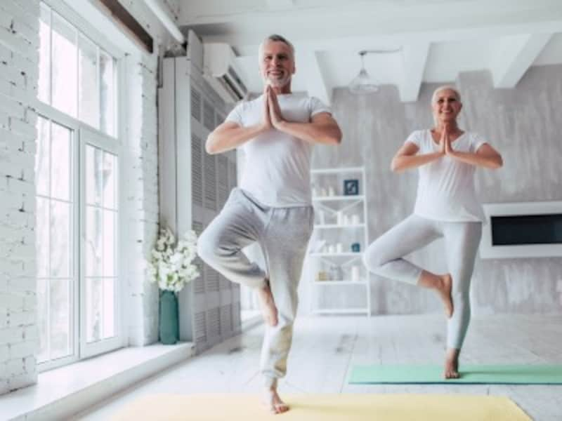運動するシニア夫婦