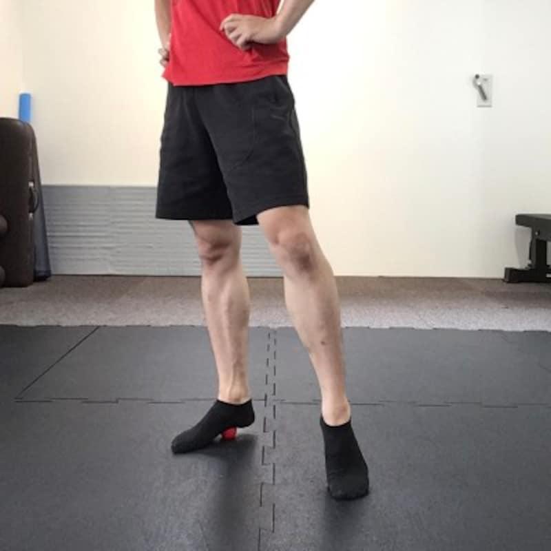 2.ゴルフボールを足裏の中央部より踵側で踏む