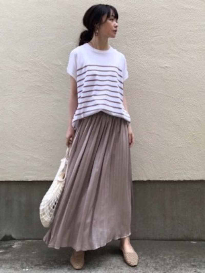 ツヤのあるサテンスカートはシンプルに着てもエレガントに見える 出典:WEAR