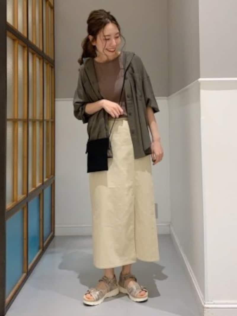 スカートとサンダルが似た色味だとボリュームが出過ぎず馴染みます 出典:WEAR