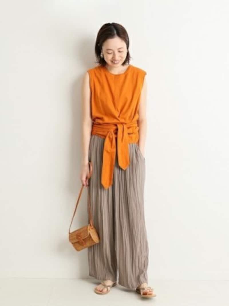 体型問わずに着られるプリーツパンツはきれい色をプラス 出典:WEAR