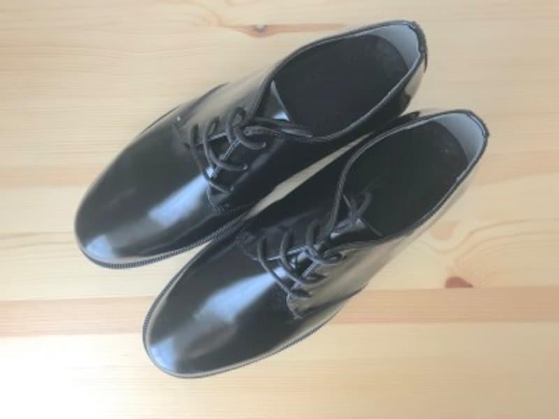 パッと見、1万円以上はする本革の革靴です
