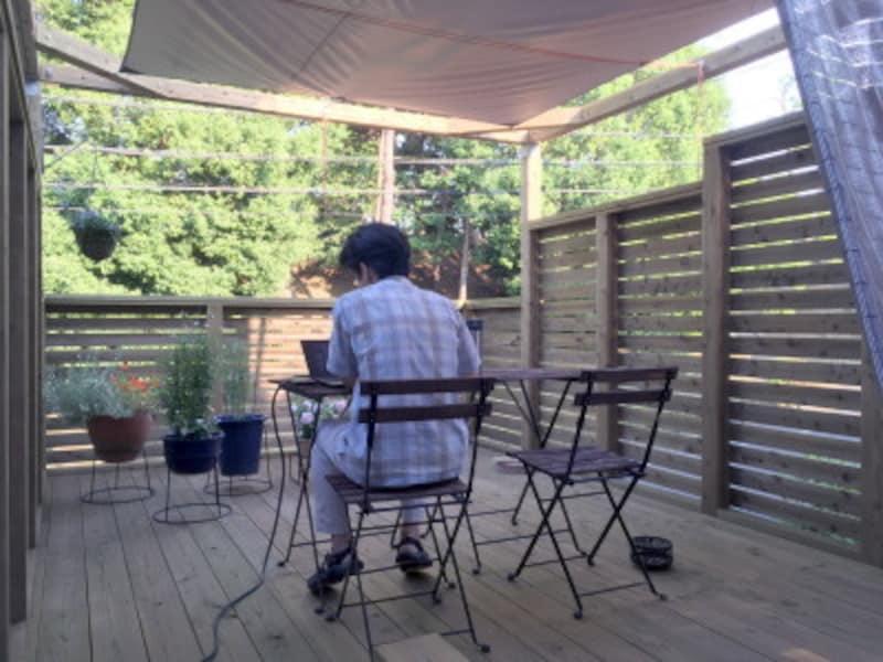 頭上にはシェード、西日対策によしずを立てかけ、日射対策をするとともに「おこもり間」のある落ち着く空間に。