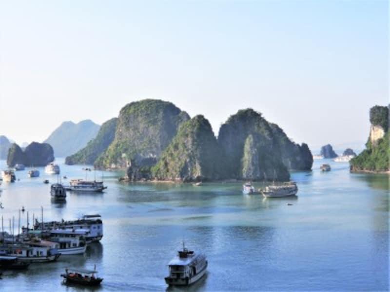 ベトナム最大の見どころを言われる世界遺産ハロン湾。海上にそびえ立つ奇岩の間をクルーズ船で巡る。ハノイから日帰りも可能。