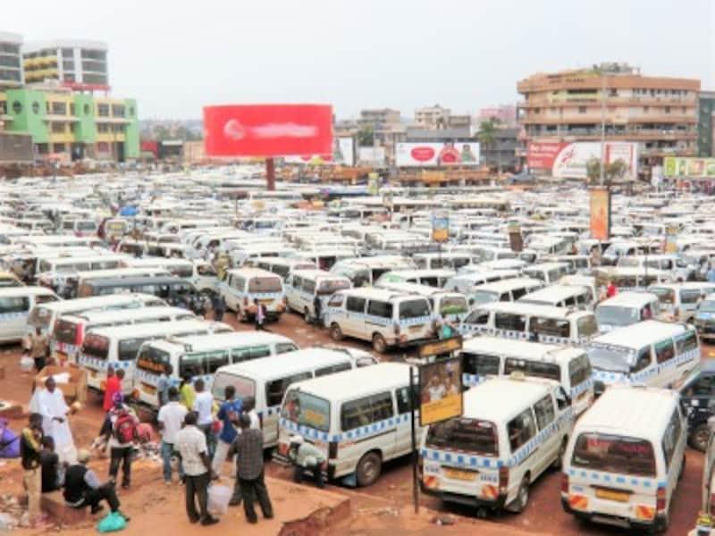 都会の日常生活で密を回避するのはなかなか難しい……写真はウガンダの首都カンパラのオールドタクシーパーク