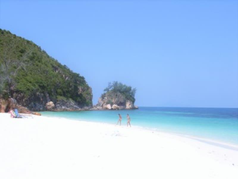 純白のパウダーサンドが眩しい、マレーシア東海岸沖の素朴で小さな島、ラワ島。喧噪を忘れてゆるやかな時間に身をゆだねる。