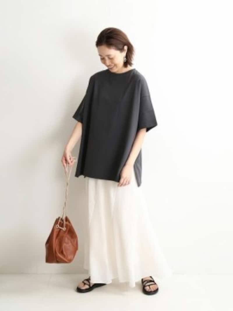 黒トップスのゆったり感をさらに強調するようなフレアスカートをプラス 出典:WEAR