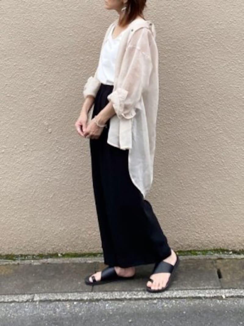 今年トレンドの透け感のあるシアーシャツで黒パンツを軽やかに 出典:WEAR