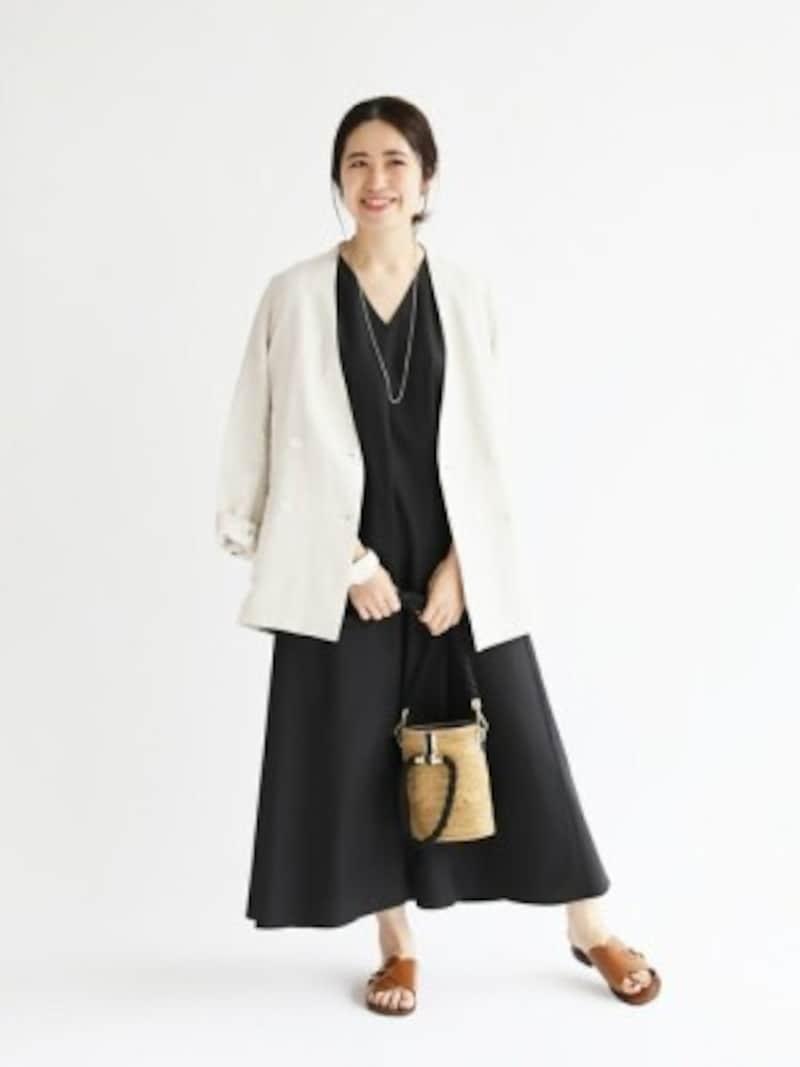 白のリネンジャケットで清潔感のある上品なコーデに 出典:WEAR