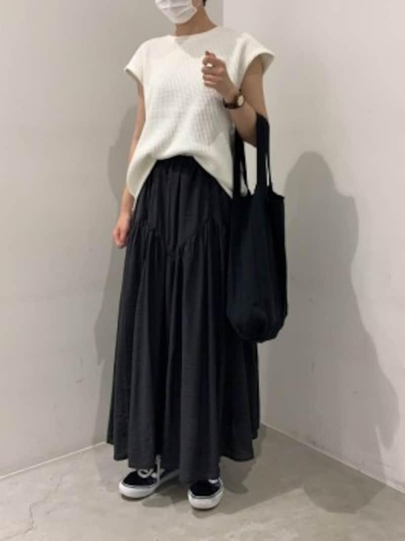 ふんわりしたフレアスカートも黒なら広がりすぎずスマートに着られる 出典:WEAR