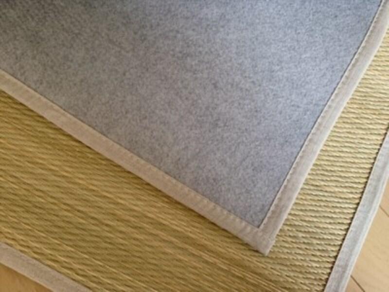 裏面はポリエステル素材。床付き感も少し軽減されます。